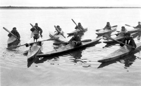 2inuit_in_kayaks